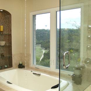 Ejemplo de cuarto de baño principal, tradicional, grande, con bañera encastrada, paredes beige, armarios estilo shaker, puertas de armario de madera oscura, baldosas y/o azulejos multicolor, baldosas y/o azulejos de travertino, suelo de travertino, lavabo sobreencimera y encimera de piedra caliza