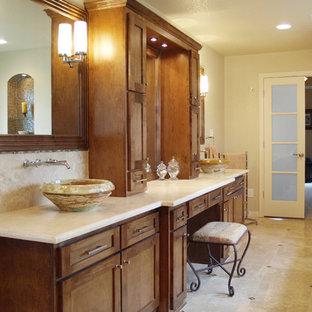 Ispirazione per una grande stanza da bagno padronale minimal con lavabo a bacinella, ante in stile shaker, pareti beige, pavimento in travertino, ante in legno scuro, vasca da incasso, piastrelle multicolore, piastrelle in travertino e top in pietra calcarea