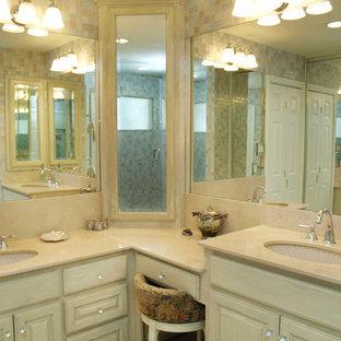 Modelo de cuarto de baño principal, clásico renovado, pequeño, con baldosas y/o azulejos beige, baldosas y/o azulejos azules, baldosas y/o azulejos grises, baldosas y/o azulejos blancos, baldosas y/o azulejos de vidrio, lavabo bajoencimera, armarios con paneles con relieve, puertas de armario con efecto envejecido, ducha abierta, paredes multicolor, suelo de mármol, encimera de mármol y sanitario de dos piezas