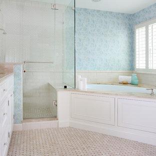 Immagine di una stanza da bagno padronale chic di medie dimensioni con piastrelle a mosaico, lavabo sottopiano, ante con riquadro incassato, ante bianche, top in marmo, doccia ad angolo, pareti blu, piastrelle bianche e vasca sottopiano