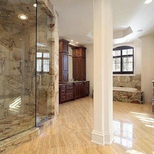 Idee per un'ampia stanza da bagno padronale classica con lavabo sottopiano, ante con bugna sagomata, ante in legno scuro, top in onice, vasca da incasso, doccia alcova, bidè, piastrelle multicolore, piastrelle in pietra, pareti beige e pavimento in marmo