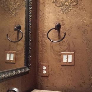 Ispirazione per una stanza da bagno con doccia classica di medie dimensioni con ante con bugna sagomata, ante in legno scuro, WC a due pezzi, piastrelle beige, piastrelle in pietra, pareti multicolore, pavimento in travertino, lavabo sottopiano e top in pietra calcarea