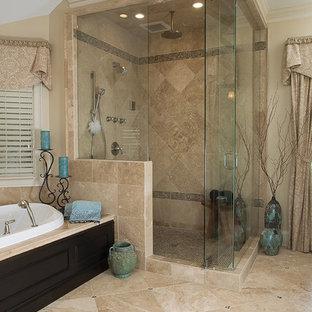 Imagen de cuarto de baño principal, tradicional, grande, con lavabo bajoencimera, puertas de armario de madera en tonos medios, encimera de mármol, ducha esquinera, armarios con paneles empotrados, bañera encastrada, baldosas y/o azulejos en mosaico, paredes beige y suelo de travertino