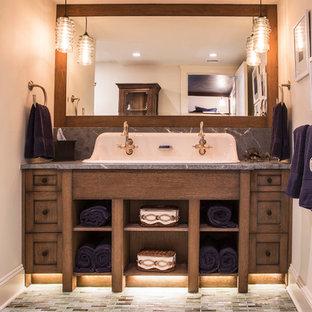 Неиссякаемый источник вдохновения для домашнего уюта: главная ванная комната среднего размера в стиле шебби-шик с открытыми фасадами, темными деревянными фасадами, бежевой плиткой, плиткой мозаикой, бежевыми стенами, полом из мозаичной плитки, раковиной с несколькими смесителями и мраморной столешницей