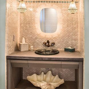 Modelo de cuarto de baño principal, marinero, grande, con armarios abiertos, baldosas y/o azulejos beige, puertas de armario marrones, baldosas y/o azulejos de terracota, paredes multicolor y suelo de baldosas de cerámica