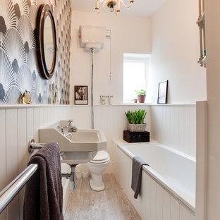 Ispirazione per una piccola stanza da bagno vittoriana con lavabo sospeso, vasca da incasso, WC a due pezzi, pareti multicolore e parquet chiaro