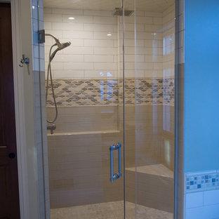 Immagine di una stanza da bagno con ante verdi, doccia alcova, piastrelle in gres porcellanato, lavabo sottopiano e porta doccia a battente