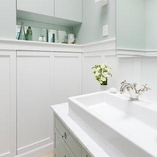 Idee per una piccola stanza da bagno padronale classica con lavabo rettangolare, consolle stile comò, ante verdi, top in marmo, WC monopezzo, piastrelle bianche, piastrelle in ceramica, pareti verdi e pavimento in gres porcellanato