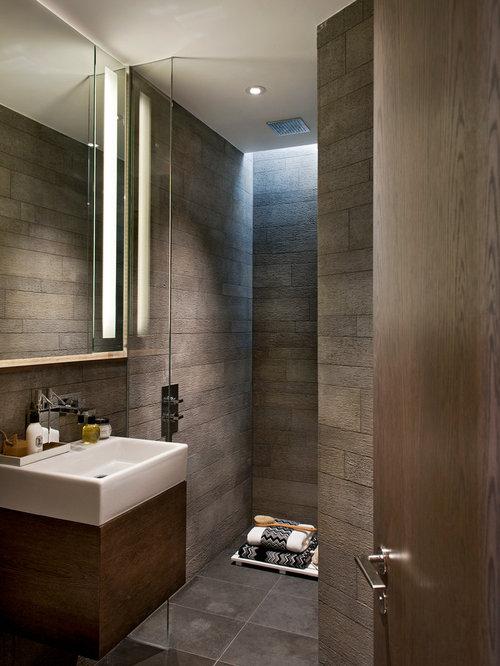 Modernes Badezimmer Mit Flächenbündigen Schrankfronten, Dunklen  Holzschränken, Offener Dusche, Braunen Fliesen Und Offener