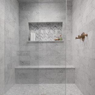 Inspiration för ett mycket stort vintage vit vitt en-suite badrum, med luckor med infälld panel, skåp i mörkt trä, ett fristående badkar, en toalettstol med separat cisternkåpa, grå kakel, marmorkakel, grå väggar, marmorgolv, ett undermonterad handfat, granitbänkskiva, grått golv och dusch med skjutdörr