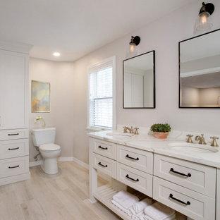 Diseño de cuarto de baño principal, rústico, grande, sin sin inodoro, con armarios tipo mueble, puertas de armario blancas, bañera exenta, sanitario de una pieza, baldosas y/o azulejos blancos, baldosas y/o azulejos de porcelana, paredes beige, lavabo bajoencimera, encimera de cuarzo compacto, suelo beige, ducha abierta y encimeras blancas