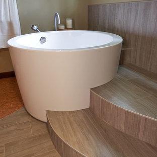 Großes Asiatisches Badezimmer En Suite mit japanischer Badewanne, farbigen Fliesen, Keramikfliesen, Korkboden, Unterbauwaschbecken und Quarzwerkstein-Waschtisch in Portland