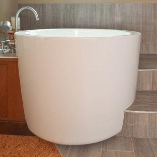 Diseño de cuarto de baño principal, de estilo zen, grande, con bañera japonesa, baldosas y/o azulejos multicolor, baldosas y/o azulejos de cerámica, suelo de baldosas de porcelana, lavabo bajoencimera y encimera de cuarzo compacto