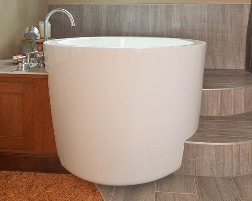 Salle de bain avec un bain japonais et un sol en carrelage for Carrelage japonais