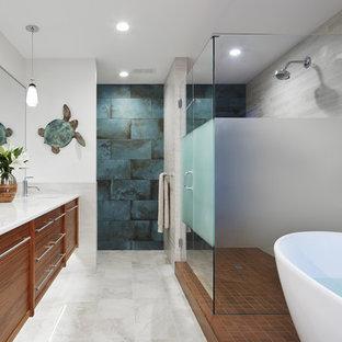 Diseño de cuarto de baño principal, contemporáneo, con puertas de armario de madera oscura, bañera exenta, baldosas y/o azulejos azules, baldosas y/o azulejos grises, paredes blancas, lavabo bajoencimera, armarios tipo mueble, ducha esquinera, sanitario de dos piezas, baldosas y/o azulejos de cerámica, suelo de mármol, encimera de mármol, ducha con puerta con bisagras y suelo gris