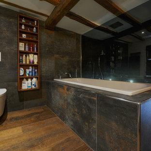 Immagine di una grande stanza da bagno padronale country con lavabo rettangolare, nessun'anta, ante in legno bruno, top in legno, doccia aperta, WC sospeso, piastrelle grigie, piastrelle in ceramica, pareti beige e parquet scuro