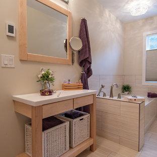 バンクーバーの小さいトランジショナルスタイルのおしゃれなマスターバスルーム (フラットパネル扉のキャビネット、白いキャビネット、人工大理石カウンター、磁器タイル、コーナー型浴槽、分離型トイレ、ベージュの壁、クッションフロア、アンダーカウンター洗面器) の写真