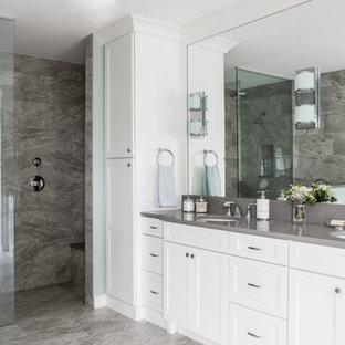 Idéer för vintage grått badrum med dusch, med skåp i shakerstil, vita skåp, en kantlös dusch, blå väggar, klinkergolv i porslin, ett undermonterad handfat, bänkskiva i kvartsit, beiget golv och med dusch som är öppen