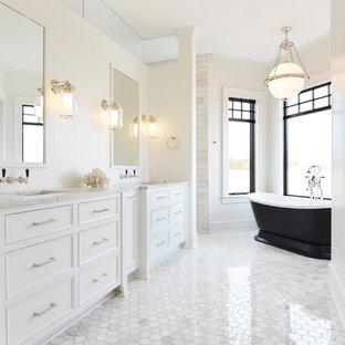 Idee per una stanza da bagno chic con ante bianche, vasca freestanding, piastrelle bianche, pareti bianche, lavabo sottopiano e pavimento bianco