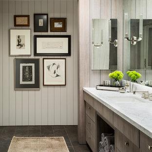 Ejemplo de cuarto de baño principal, clásico renovado, de tamaño medio, con lavabo bajoencimera, armarios con paneles lisos, puertas de armario de madera clara, paredes blancas, bañera exenta, ducha empotrada, baldosas y/o azulejos grises, baldosas y/o azulejos de porcelana, suelo de travertino y encimera de mármol