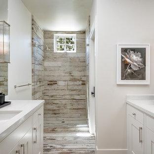 Идея дизайна: большая ванная комната в стиле современная классика с белыми фасадами, душевой кабиной, врезной раковиной, разноцветным полом, душем с распашными дверями, фасадами в стиле шейкер, душем без бортиков, коричневой плиткой, серой плиткой, белыми стенами, деревянным полом, столешницей из кварцита и белой столешницей