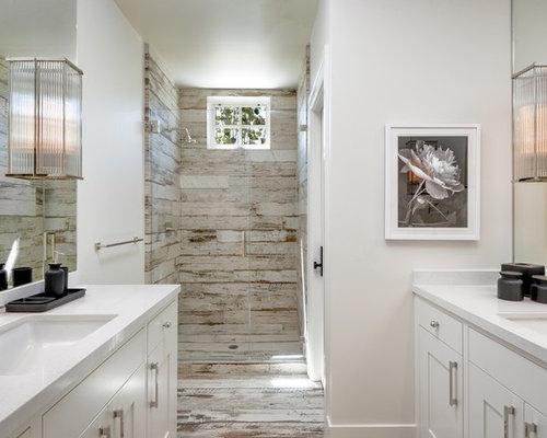 Stanza da bagno con pavimento in legno verniciato e piastrelle