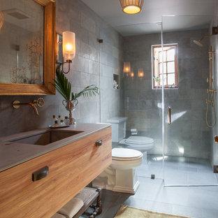 Foto di una stanza da bagno tradizionale con lavabo sottopiano, ante lisce, doccia a filo pavimento, WC a due pezzi, piastrelle grigie, pareti grigie, pavimento in ardesia, ante in legno scuro e piastrelle in ardesia