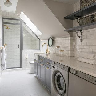 Klassisches Duschbad mit Kassettenfronten, blauen Schränken, Duschnische, Falttür-Duschabtrennung und Wäscheaufbewahrung in Boston