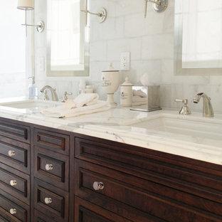 Foto di una stanza da bagno padronale classica di medie dimensioni con ante con riquadro incassato, ante in legno bruno, piastrelle grigie, piastrelle bianche, piastrelle diamantate, lavabo sottopiano, top in marmo, pareti bianche, pavimento in marmo e pavimento bianco
