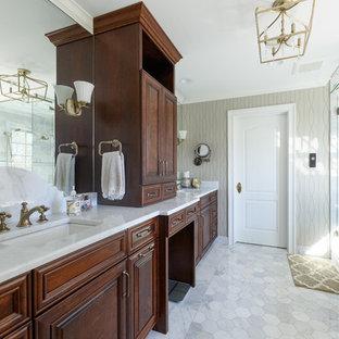 Klassisches Badezimmer En Suite mit profilierten Schrankfronten, dunklen Holzschränken, Eckdusche, grauer Wandfarbe, Unterbauwaschbecken, weißem Boden, Falttür-Duschabtrennung und weißer Waschtischplatte in Sonstige