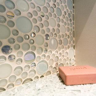 Свежая идея для дизайна: маленькая ванная комната в стиле неоклассика (современная классика) с фасадами в стиле шейкер, темными деревянными фасадами, душем без бортиков, раздельным унитазом, разноцветной плиткой, плиткой мозаикой, синими стенами, полом из керамогранита, врезной раковиной и столешницей из переработанного стекла - отличное фото интерьера