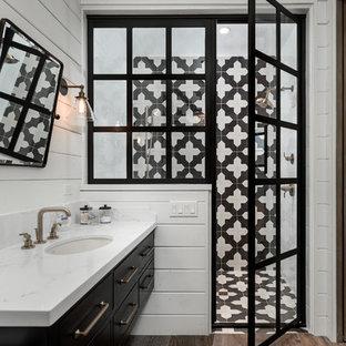 Esempio di un'ampia stanza da bagno padronale classica con ante lisce, ante nere, doccia alcova, pareti bianche, top in marmo, pavimento marrone, porta doccia a battente, top bianco, pistrelle in bianco e nero, pavimento in legno massello medio e lavabo sottopiano