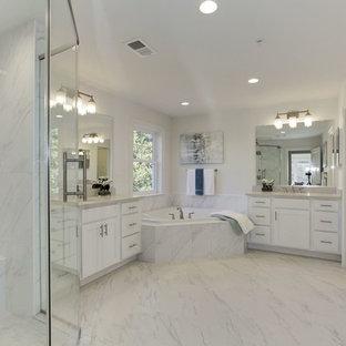Foto de cuarto de baño principal, tradicional renovado, de tamaño medio, con armarios estilo shaker, bañera esquinera, baldosas y/o azulejos blancos, baldosas y/o azulejos de porcelana, paredes blancas y encimera de cuarzo compacto