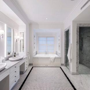 Ispirazione per una stanza da bagno tradizionale con ante in stile shaker, ante bianche, vasca ad alcova, doccia ad angolo, pareti bianche e top grigio