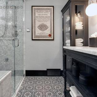 Idee per una piccola stanza da bagno con doccia classica con lavabo sottopiano, consolle stile comò, ante nere, top in marmo, doccia a filo pavimento, WC a due pezzi, piastrelle multicolore, piastrelle di cemento, pareti blu, pavimento in cemento e pavimento multicolore