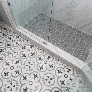 Modelo de cuarto de baño con ducha, contemporáneo, pequeño, con armarios estilo shaker, puertas de armario blancas, ducha esquinera, baldosas y/o azulejos grises, baldosas y/o azulejos blancos, baldosas y/o azulejos de porcelana, paredes grises, suelo de azulejos de cemento, lavabo bajoencimera, encimera de mármol, suelo multicolor, ducha con puerta con bisagras y encimeras grises