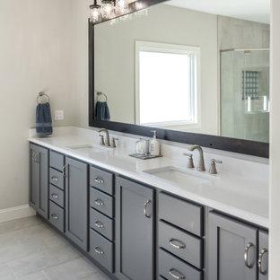 Inspiration för ett stort vintage vit vitt en-suite badrum, med skåp i shakerstil, grå skåp, vit kakel, stenhäll, grå väggar, vinylgolv, ett undermonterad handfat, bänkskiva i kvarts, grått golv och dusch med gångjärnsdörr