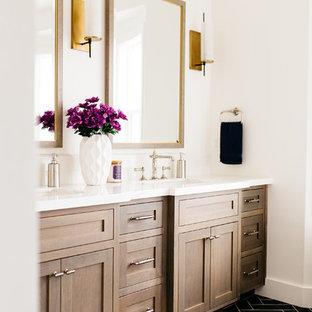 Ispirazione per una grande stanza da bagno padronale tradizionale con ante in stile shaker, ante in legno bruno, pareti bianche, pavimento nero, vasca freestanding, pavimento in gres porcellanato, lavabo sottopiano e top in quarzo composito
