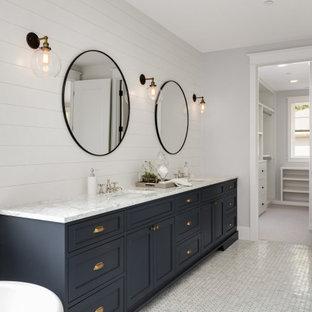 Inredning av ett klassiskt mellanstort vit vitt badrum för barn, med skåp i shakerstil, blå skåp, en dusch/badkar-kombination, en toalettstol med hel cisternkåpa, vita väggar, klinkergolv i keramik, ett nedsänkt handfat, bänkskiva i kvarts, vitt golv och dusch med gångjärnsdörr