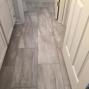 Idéer för små vintage badrum med dusch, med skåp i shakerstil, vita skåp, en dusch i en alkov, grå kakel, vit kakel, keramikplattor och klinkergolv i porslin