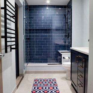 シカゴの中サイズのトランジショナルスタイルのおしゃれなマスターバスルーム (レイズドパネル扉のキャビネット、青いキャビネット、オープン型シャワー、分離型トイレ、青いタイル、磁器タイル、青い壁、コンクリートの床、アンダーカウンター洗面器、珪岩の洗面台、ベージュの床、開き戸のシャワー、白い洗面カウンター、シャワーベンチ、洗面台2つ、造り付け洗面台) の写真