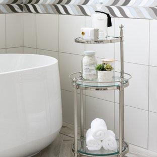 Inspiration pour une grand salle de bain principale traditionnelle avec un placard à porte affleurante, des portes de placard blanches, une baignoire indépendante, une douche à l'italienne, un WC à poser, un carrelage beige, des carreaux de porcelaine, un mur gris, un sol en carrelage imitation parquet, une vasque, un plan de toilette en surface solide, un sol beige, une cabine de douche à porte battante, un plan de toilette blanc, un banc de douche, meuble double vasque et meuble-lavabo encastré.