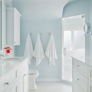 Bild på ett mellanstort vintage badrum för barn, med ett undermonterad handfat, luckor med profilerade fronter, vita skåp, bänkskiva i kvartsit, en dusch i en alkov, en toalettstol med hel cisternkåpa, vit kakel, glaskakel, blå väggar och marmorgolv