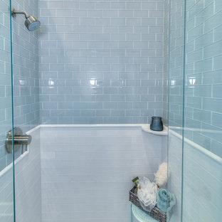 Esempio di una stanza da bagno chic di medie dimensioni con piastrelle di vetro e top in marmo