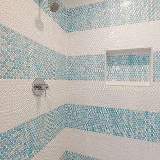 Modelo de cuarto de baño infantil, clásico renovado, de tamaño medio, con armarios con paneles lisos, puertas de armario blancas, baldosas y/o azulejos blancos, baldosas y/o azulejos de cerámica, paredes blancas, suelo de mármol, lavabo bajoencimera, encimera de mármol y suelo gris