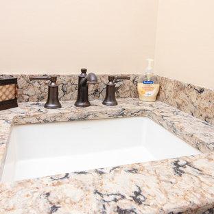 Foto di una piccola stanza da bagno con doccia chic con ante con bugna sagomata, ante rosse, pareti gialle, pavimento in gres porcellanato, lavabo sottopiano, top in quarzo composito, pavimento marrone e top multicolore