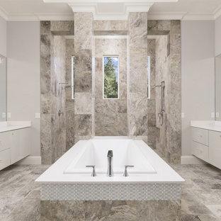 Стильный дизайн: главная ванная комната среднего размера в современном стиле с плоскими фасадами, накладной ванной, двойным душем, бежевыми стенами, врезной раковиной, открытым душем, серыми фасадами, серой плиткой, плиткой из травертина, полом из травертина и серым полом - последний тренд