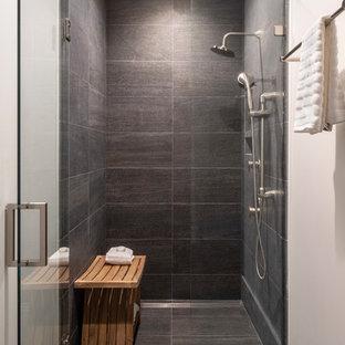 ロサンゼルスの小さいコンテンポラリースタイルのおしゃれなマスターバスルーム (シェーカースタイル扉のキャビネット、中間色木目調キャビネット、段差なし、グレーのタイル、磁器タイル、ベージュの壁、アンダーカウンター洗面器、クオーツストーンの洗面台、グレーの床、開き戸のシャワー、白い洗面カウンター、磁器タイルの床) の写真