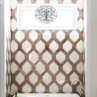Idéer för ett mellanstort klassiskt beige en-suite badrum, med ett fristående badkar, ljust trägolv, bruna väggar, beiget golv, skåp i shakerstil och bänkskiva i kvarts