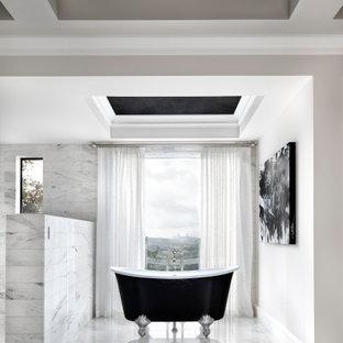 Пример оригинального дизайна: огромная главная ванная комната в средиземноморском стиле с фасадами с утопленной филенкой, белыми фасадами, ванной на ножках, душем в нише, унитазом-моноблоком, белой плиткой, мраморной плиткой, белыми стенами, мраморным полом, врезной раковиной, столешницей из искусственного кварца, белым полом, душем с распашными дверями, белой столешницей, унитазом, тумбой под одну раковину, встроенной тумбой и сводчатым потолком